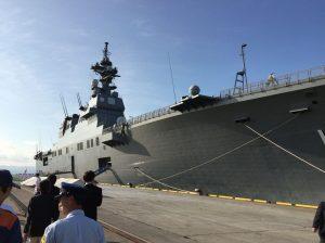フレームに収まりきれないほどの大きさの自衛艦「いせ」